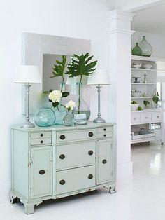 BHG Cottage no Minimalista Branco aparador azul suave + azul vasos de vidro