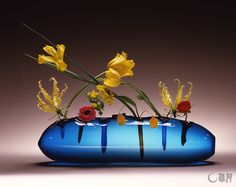 Akane Teshigahara : unmatched colors ... reveals the harmony of the fresh flowers. Glass vase