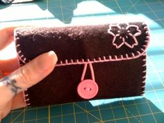Just in time for the national cherry blossom festival! Make a wallet by sewing with felt, felt, and thread. Felted Wool Crafts, Felt Crafts, Fabric Crafts, Sewing For Kids, Diy For Kids, Diy Wallet Easy, Felt Wallet, Pioneer Gifts, Felt Bookmark