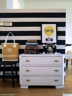 mustavalkoinen,lipasto,tapetti,jakkara,säilytys,design,taulu,koriste-esineet,asetelma Decor, Furniture, Nature Decor, Colours, Cabinet, Old Fashioned, Home Decor, Storage, Dresser