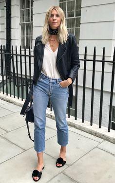Musa do estilo: Lindsey Holland. Jaqueta de couro, regata branca, calça jeans cropped, sandália rasteirinha preta, flat