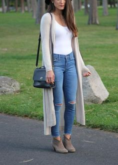 college girl outfit ideas / comfy winter causal cold weather / grey duster cardigan for women in their / Image source Bodysuit Outfit Jeans, Bodysuit Fashion, Grey Bodysuit, Clothes For Women In 20's, Cardigans For Women, Women's Cardigans, College Girl Outfits, College Girl Fashion, Look Fashion