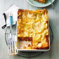 """Lasagne: So wird der Klassiker perfekt Lasagna: This is how the classic becomes perfect – """"Lasagna is a delicious classic. We have the recipe for the perfect lasagna with minced meat and bechamel sauce – plus recipes for lasagna variants. Italian Cookie Recipes, Italian Cookies, Italian Desserts, Greek Recipes, Salsa Bechamel, Bechamel Sauce, Sauce Béchamel, Le Diner, Healthy Eating Tips"""