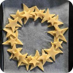 Shortbread wreath for Christmas - Weihnachten Xmas Food, Christmas Cooking, Christmas Desserts, Christmas Treats, Christmas Decorations, Christmas Recipes, Christmas Mood, Noel Christmas, Christmas And New Year