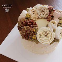 러프한 아이싱, 크리미한 컬러 5월 가정의달 카네이션 플라워케이크입니다 #flowercake#buttercream#buttercreamcake#carnation#ranunculus#lisianthus#hydrangea#wreath#butter#florist#cake#am1122cake#버터크림케이크#플라워케이크#카네이션케이크#카네이션플라워케이크#5월케이크#꽃케이크#수제케이크#꽃스타그램#icing