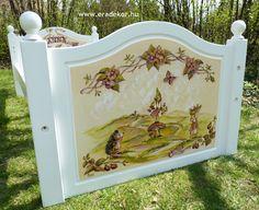 Az ágykeret - Anna névreszóló tömörfenyő indásvirágos-manós mintával festett fehér gyerekágy. Fotó azonosító: AGYANN26