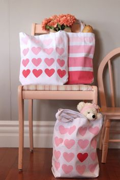 DIY Ombre Heart & Striped Canvas Tote by Four Flights. This would make a great summer beach bag or library bag! Diy Ombre, Sewing Crafts, Sewing Projects, Diy Crafts, Striped Canvas, Creation Couture, Valentine Day Crafts, Valentines, Cute Diys
