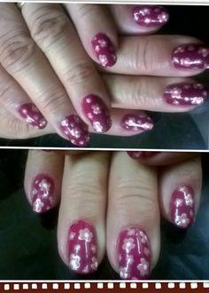 Bordo rosa y dorado.. Diseño floral en uñas...