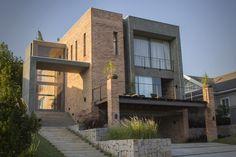Construído pelo Karin Klassen Arquitetos Associados na Pinhais, Brazil na data 2013. Imagens do Jones Monteiro. Inspirado nas construções industriais do século passado, o loft projetado pela arquiteta Karin Klassen ganhou ares co...