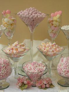 Utiliza copas de distintas formas para presentar tu mesa dulce, así le darás un aspecto de profundidad. #MesasDulces #CAndyBarCali