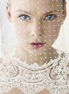 Dotted veil with a delicate lace trim