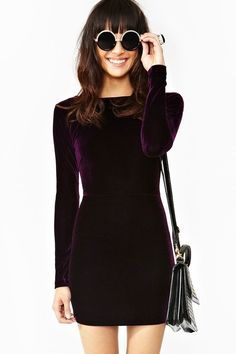 Dile que sí a texturas como terciopelo. Es cálido, cómodo y se puede ver súper elegante. | 16 Consejos de moda para usar tus vestidos cuando hace frío