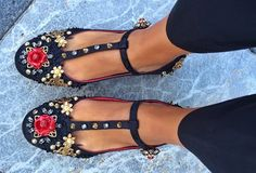 Dolce Gabbana embellished ballerina shoes as seen on Anna dello Russo and Luisa Fernanda Espinosa Pretty Shoes, Beautiful Shoes, Cute Shoes, Me Too Shoes, Fancy Shoes, Dream Shoes, Crazy Shoes, New Shoes, Look Fashion