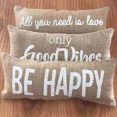 Fundas Y Almohadones Arpillera Diseños Vintage - $ 129,00 en Mercado Libre Cute Pillows, Diy Pillows, Decorative Throw Pillows, Sofa Pillows, Diy Home Crafts, Diy Home Decor, Diy Bag Designs, Pillow Thoughts, How To Make Pillows