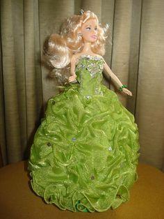 Roupas para bonecas. Neste modelo contém: Vestido, Colar, Sapato e Brincos  PS: As cores, modelos e detalhes podem variar! Solicite fotos dos modelos disponíveis!!!  *** Serve em qualquer bonecas tipo Barbie, Susi e similares. (originais ou não) ***  BONECA NÃO INCLUSA CASO QUEIRA COM A BONECA, FAVOR INFORMAR R$ 50,00