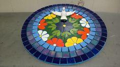 Mandala em base de MDF de 33 cm, decorada em mosaico de pastilhas de vidro e azulejos coloridos. Mandala, cor, flor,alegria e proteção do Divino Espírito Santo. Peça a sua e escolha as cores da sua preferência.