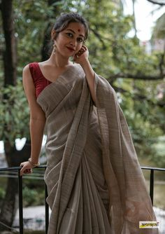 Orned with zari woven gold butas and motifs on palla. Jamdani weave is an 'extra-weft' technique of wea Saree Blouse Patterns, Sari Blouse Designs, Cotton Saree Blouse, Silk Cotton Sarees, Dress Designs, Cotton Saree Designs, Saree Poses, Sari Dress, Saree Trends