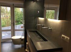 Maatwerk badkamer meubel met eikenhouten onderkast van Luca sanitair en composiet blad in Belgisch hardsteen kleur van dekker Zevenhuizen, by Ennovy keukens en badkamers