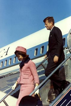 First Lady Jackie Kennedy wore a Chanel pink boucle suit in Dallas on Nov.22, 1963, the day her husband, President JFK, was assassinated. #ChanelSuit Visit espritdegabrielle.com | L'héritage de Coco Chanel #espritdegabrielle