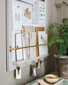 Eliminate paper clutter forever - framed cork board and hooks for keys in entrance Entryway Organization, Organization Hacks, Entryway Hooks, Cork Board Organization, Organizing Tips, Entryway Wall Organizer, Organized Entryway, Mail Organizer Wall, Wand Organizer
