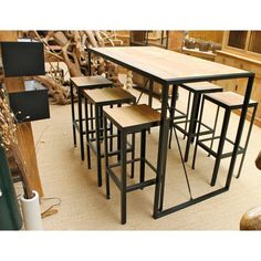 Table mange debout avec 6 tabourets en métal et vieux bois. Ensemble de style industriel en vieux bois et métal de fabrication artisanale importé d'Indonésie