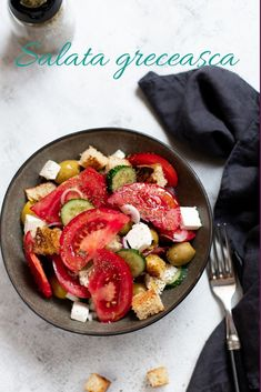 Cea mai bună salată de roșii, salata grecească. Simplă, dar totuși plină de savoare. Salata greceasca cu crutoane. Ratatouille, Dishes, Chicken, Ethnic Recipes, Food, Tablewares, Eten, Flatware, Tableware