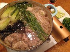 念願のレモングラス鍋&Dinner♡|MAMIE official Blog   結構お問い合わせいただくレモングラス鍋。私レシピじゃないのですが、レモングラスと骨付き鳥を水から茹で、ナンプラーと鶏ガラスープで味付け、お鍋野菜や豚肉をいれ、お好みでコリアンダーとライムを。