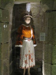 Costume de mariée bigouden. Musée de Pont L'Abbé Breizh Ma Bro, Brittany France, Color Shapes, Folk Costume, Folklore, Traditional Outfits, Celtic, Lace Skirt, Most Beautiful
