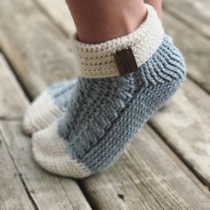 If you haven't started those Christmas gifts time to get hooking! I gifted these slipper socks to my mom last year and she LOVED THEM. Crochet Slipper Boots, Knitted Slippers, Slipper Socks, Diy Crafts Knitting, Diy Crafts Crochet, Creative Knitting, Crochet Ideas, Modern Crochet Patterns, Knitting Patterns