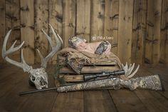 Newborn Hunting | Newborn Photos | Newborn Photography | © Paige Laro…