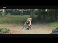 Gilles De Schryver en Evelien Bosmans in de film Halfweg (2014) van Geoffrey Enthoven. Honda Dax AB23