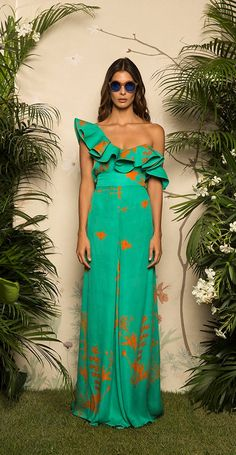 Colecciones: Colección Resort 2017 de Johanna Ortiz Preciosa colección, donde colores como el rojo, el azul, el verde, el blanco y el crema, se mueven sobre vestidos, tops, pantalones, faldas y cinturones #colecciones #Resort2017 #JohannaOrtiz #moda Glam Dresses, Cute Dresses, Casual Dresses, Fashion Dresses, Summer Dresses, Formal Dresses, Couture Fashion, Runway Fashion, 90s Fashion