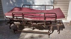Ancien lit d'hôpital ajustable sur roulette très propre et fonctionnel region de joliette dans lanaudiere