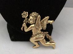 VTG. 1995BG GOLD PLATED ORNATE CHERUB/ANGEL WINGS/ROSE FLOWER BROOCH