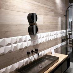 The WOW material looks good with any material. La Carreauthèque have combined Nilo by WOW with natural wood, fantastic ellection! #wowdesigneu #subwaylab #3dtiles #showroom #3dsurface #architecture #design #unexpectedsurfaces #lightandshadow #ceramic #interiordesign #interior #bathroom #wood