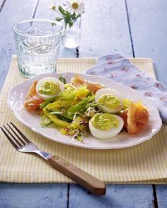 Gefüllte Eier mit Wasabi und Räucherlachs auf Zuckerschoten-Paprikasalat