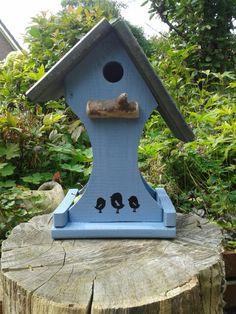 Vogelhuisje met voederbakje. Www.insectenhotel.com