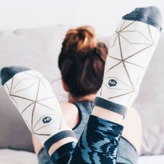 La chaussette LIGNE se compose d'un joli tracé élégant et graphique. Une douce pointe de gris orne les orteils, le talon ainsi que le revers. Certains disent que les lignes bougent lorsque l'on avance, nous on pense simplement que cette paire de socquettes vous fera marcher plus loin. Revers, Loin, Ainsi, Bobby Socks, Socks, Chart, Boutique Online Shopping, Thinking About You, Heels