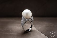 Giglio ring #arsublime #giglio #closeup #ring #pearl #roma #marble #passion #gioiellitaliani #italianartisanaluxury #designjewelry #finejewellery #rome Discover on: http://www.arsublime.it/collezione/classica/