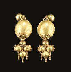 A PAIR OF ROMAN GOLD EARRINGS CIRCA 2ND-3RD CENTURY A.D.