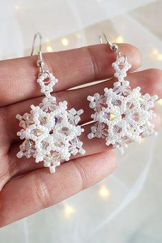 Beaded Snowflake, Snowflake Jewelry, Easy Beading Patterns, Beaded Jewelry Patterns, Ear Jewelry, Seed Bead Jewelry, Jewellery, Beaded Christmas Ornaments, Christmas Jewelry