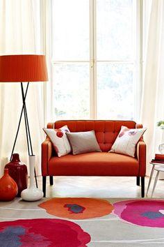 元気なイメージのオレンジのソファに、ホワイト&フラワー柄クッションで爽やかさをプラス!まるで絵画のようなアーティスティックな柄がオシャレ度を高めてくれますね。