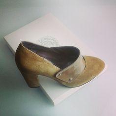 #elencargodelasemana es este #modelo de #zapato #calzado #madeinspain #design #shoes #ante y #charol #marrón #fashion #heels #schuhe #scarpe #chaussures #zapatos jorgelarranaga.com