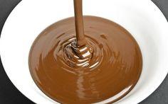 Para cada tipo de chocolate há uma proporção adequada de creme de leite. Quanto mais gordura o chocolate tiver em sua fórmula, menos creme de leite será necessário acrescentar à receita.