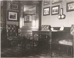 """""""As cabines de Suas Majestades no Standart""""  Mesa da biblioteca do Imperador Nicolau II e armário."""