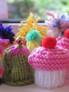 Innocent smoothie knitted hats  ~ posted December Knit Or Crochet, Cute Crochet, Knitting Projects, Knitting Patterns, Big Knits, Bottle Top, Knit Hats, Hobbies And Crafts, Easy Crafts