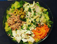 Salatschüssel aus Kopfsalat, Karotten und einem Gurken-Avocado-Radischen-Joghurtmix & dazu Thunfisch, Schafskäse, Oliven und Frühlingszwiebel. Endlich mal wieder geschafft ein Foto zu machen, bevor alles aufgegessen ist. Mir hätte ja auch der Gurken-Avocado-Radischen Mix alleine gereicht. Soo lecker -> Einfach eine halbe Gurke, eine Avocado, 2-3 Radischen und ein bisschen Frühlingszwiebel mit gewürztem Joghurt (Salz, Pfeffer,... Weiterlesen Der Beitrag Salat mit Thunfisch und Schafskase  Cobb Salad, Avocado, Food, Carrots, Yogurt, Salad With Tuna, Lettuce, Olives, Easy Meals