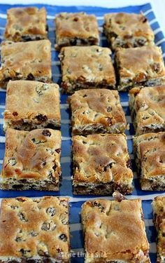 Square recipes - You could grab a couple of these Chewy Sultana Squares for breakfast if you were in a hurry thelinkssite com snacks easyrecipes desserts breakfast Tray Bake Recipes, Brownie Recipes, Baking Recipes, Easy Desserts, Dessert Recipes, Galletas Cookies, Biscuit Recipe, Sin Gluten, Sweet Recipes