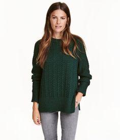 Mørkegrøn. Strukturstrikket trøje i blød kvalitet med indvævet uld. Trøjen har lange raglanærmer med slids forneden. Ribkant ved håndleddene og forneden.
