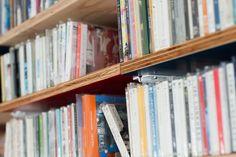 K様邸のテーマカラーの青と赤。棚板の裏側までバッチリです。#K様邸練馬高野台 #ラック #青 #赤 #インテリア #EcoDeco #エコデコ #リノベーション #renovation #東京 #福岡 #福岡リノベーション #福岡設計事務所 Bookcase, Shelves, Home Decor, Shelving, Decoration Home, Room Decor, Book Shelves, Shelving Units, Home Interior Design